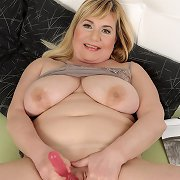 Blonde fatty mom rubbing coochie with pink stick